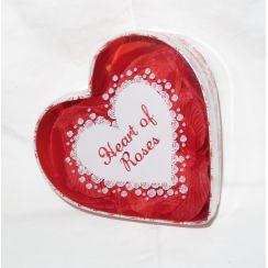 Scatola cuore con petali di rose rosse